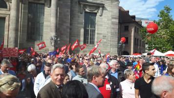 Das Publikum begrüßt mit wehenden Fahnen Martin Schulz.