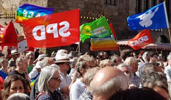 Ostermarsch in Nürnberg - mit SPD-, Grünen-, SDAJ- und Friedensfahnen