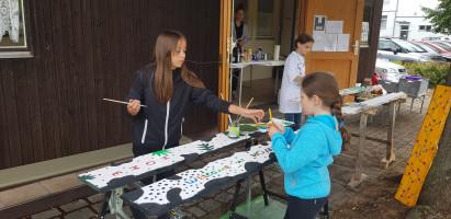 """""""Welcome home"""" - Einige Kinder malten Begrüßungsbretter für zuhause."""