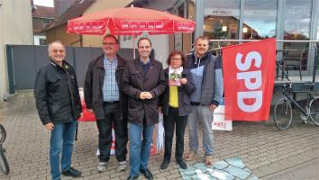 Alexander Horlamus (Mitte) am Alexanderplatz mit den Vorstandsmitgliedern (v.l.n.r.) Wolfgang Schmid, Robert Schuster, Irene Schinkel und Thomas Schulz