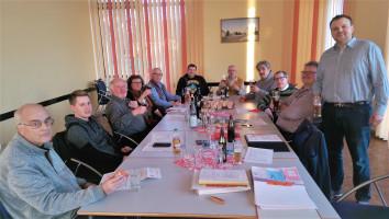 Büchenbacher Genossen und eine Genossin diskutieren den GroKo-Vertrag