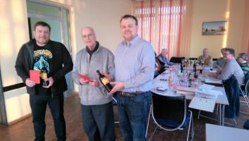 Die neuen Mitglieder Jochen Ludwig und Eberhard Konradt erhalten vom 1. Vorsitzenden Thomas Schulz ein Willkommensgeschenk.