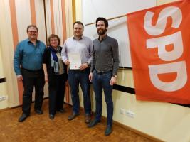 SPD-Unterbezirksvorsitzender Sven Ehrhardt gratulierte Thomas Schulz zur 10-jährigen SPD Mitgliedschaft, daneben Irene Schinkel und Robert Schuster (v.r.n.l.).jpg