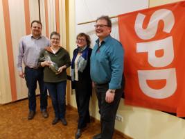 Thomas Schulz, Irene Schinkel und Robert Schuster begrüßen das neue Büchenbacher SPD-Mitglied Kerstin Schmidt (2.v.l.).