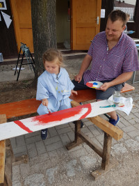 SPD-Vorsitzender Thomas Schulz freut sich das rote Gemälde seiner Tochter.